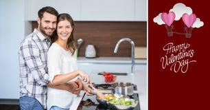 Portrait des couples de sourire embrassant tout en faisant cuire la nourriture Images libres de droits