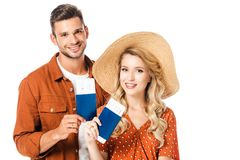 portrait des couples de sourire montrant des passeports et des billets dans des mains photo stock