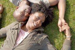 Portrait des couples de touristes en parc. Image libre de droits