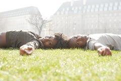 Portrait des couples de touristes en parc. Photographie stock libre de droits