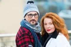 Portrait des couples doux sur la rue Homme souri et femme heureuse posant pour la photo Portrait de famille urbaine Femme rouge d photographie stock libre de droits
