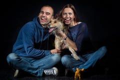 Portrait des couples et de leur chien mignon Image stock