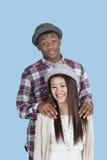 Portrait des couples ethniques multi heureux au-dessus du fond bleu Images libres de droits