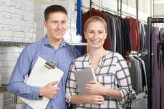 Portrait des couples fonctionnant sur la ligne affaires de mode photo stock