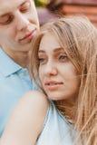 Portrait des couples heureux étreignant le fond riant de mur de briques Photos stock