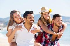 Portrait des couples heureux dans l'amour photo libre de droits