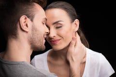 Portrait des couples heureux dans l'amour avec les yeux fermés Images stock