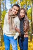 Portrait des couples heureux dans l'amour l'automne ensoleillé Photo stock