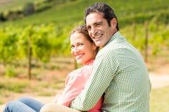 Portrait des couples heureux se reposant dans le vignoble Photographie stock