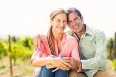 Portrait des couples heureux se reposant dans le vignoble Photo libre de droits