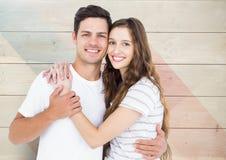 Portrait des couples heureux se tenant avec le bras autour Photos stock