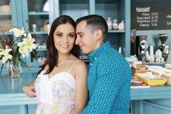 Portrait des couples heureux se tenant dans le restaurant Images stock