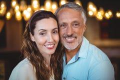 Portrait des couples heureux souriant à l'appareil-photo Photos libres de droits