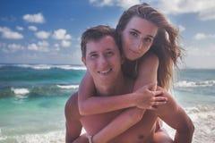 Portrait des couples heureux taveling chez Bali, marchant à la plage Images stock