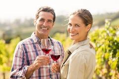 Portrait des couples heureux tenant des verres de vin Photographie stock libre de droits