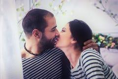 Portrait des couples internationaux adorables dans le ki rayé de chandails Images libres de droits