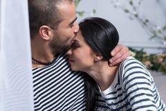 Portrait des couples internationaux avec du charme dans le ki rayé de chandails Photos stock