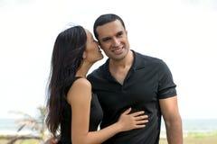 Portrait des couples interraciaux heureux dans l'amour extérieur Image libre de droits