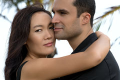 Portrait des couples interraciaux heureux dans l'amour extérieur Images stock