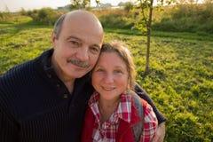 Portrait des couples mûrs regardant l'appareil-photo Images stock