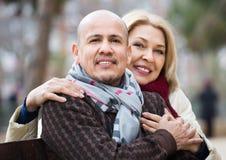 Portrait des couples mûrs de sourire au jour d'automne Images libres de droits