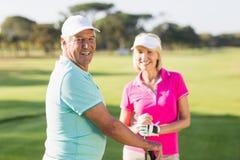 Portrait des couples mûrs heureux de joueur de golf Photo stock