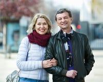 Portrait des couples mûrs positifs heureux dans la ville Image stock