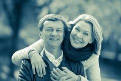 Portrait des couples pluss âgé en parc Image libre de droits