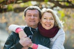 Portrait des couples pluss âgé en parc Images stock