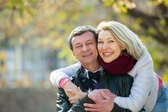 Portrait des couples pluss âgé en parc Images libres de droits