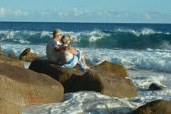 Portrait des couples pluss âgé heureux étreignant sur la plage tropicale images libres de droits