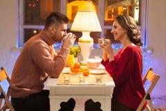 Portrait des couples romantiques à la Saint-Valentin Image stock