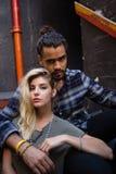 Portrait des couples romantiques se reposant sur l'escalier Image libre de droits