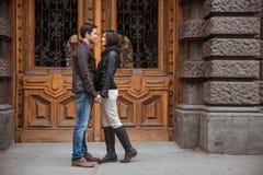 Portrait des couples romantiques se tenant dehors Photo stock