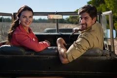 Portrait des couples se reposant dans outre du véhicule routier Photo libre de droits