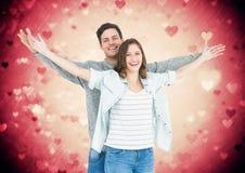 Portrait des couples se tenant avec des bras tendus Photographie stock libre de droits