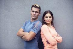 Portrait des couples sportifs regardant l'appareil-photo Photographie stock