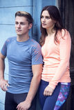 Portrait des couples sportifs se penchant contre le mur Photo libre de droits