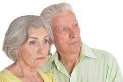 Portrait des couples sup?rieurs calmes sur le fond blanc photographie stock