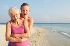Portrait des couples supérieurs des vacances tropicales de plage Images stock