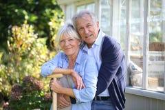 Portrait des couples supérieurs par la serre chaude Photographie stock