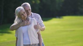 Portrait des couples supérieurs passionnés sur la pelouse verte clips vidéos