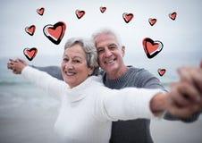 Portrait des couples supérieurs se tenant avec des bras tendus Image libre de droits
