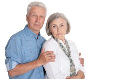 Portrait des couples sup?rieurs calmes sur le fond blanc photo libre de droits