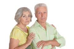 Portrait des couples sup?rieurs calmes sur le fond blanc images libres de droits