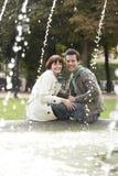 Portrait des couples sur le bord de fontaine Photographie stock