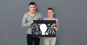 Portrait des couples tenant le panneau d'affichage avec de diverses icônes Photo libre de droits