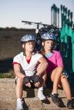 Portrait des cyclistes caucasiens dans l'équipement de sport Photographie stock libre de droits