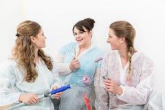 Portrait des décorateurs féminins contre le mur blanc photographie stock