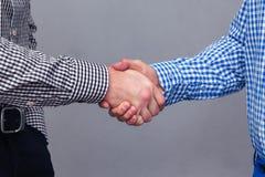 Portrait des deux des mains mâles faisant la poignée de main Image libre de droits
